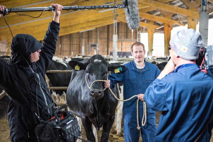 Nutztierhaltung wird in den Kurzfilmen des LBZ Echem (hier ein Foto von den Dreharbeiten) gut verständlich erklärt. Foto: Ehrecke/Landwirtschaftskammer Niedersachsen